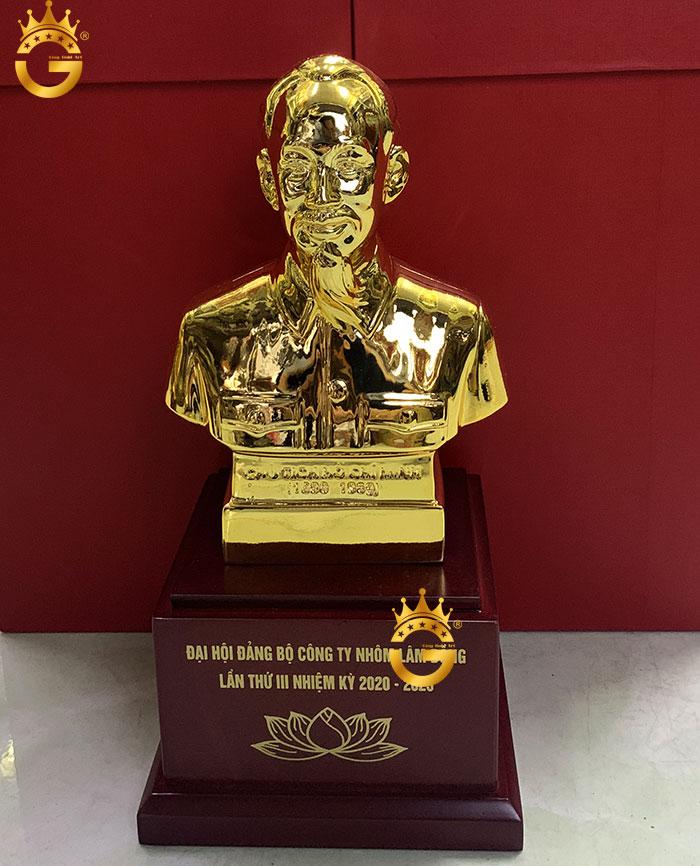 Tượng chân dung Hồ chủ tịch làm quà Đại hội Đảng ý nghĩa