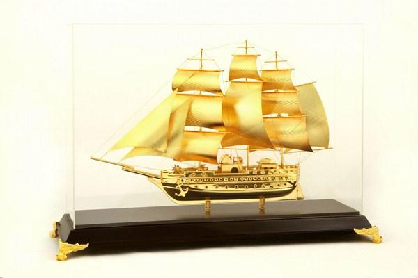 Mô hình thuyền buồm dát vàng 24k size 30 cm để bàn, quà tặng lưu niệm