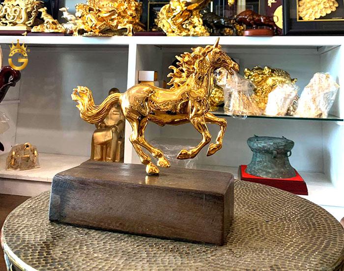 Tượng ngựa đồng mạ vàng để bàn làm việc ý nghĩa