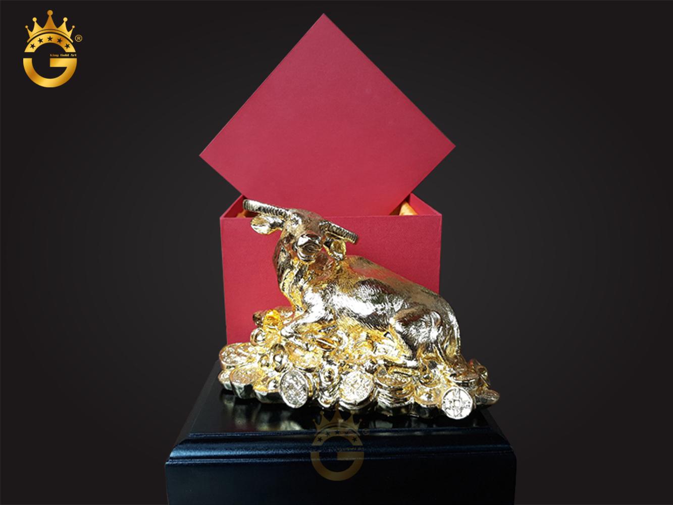 Tượng trâu phong thủy năm trên đống tiền vàng