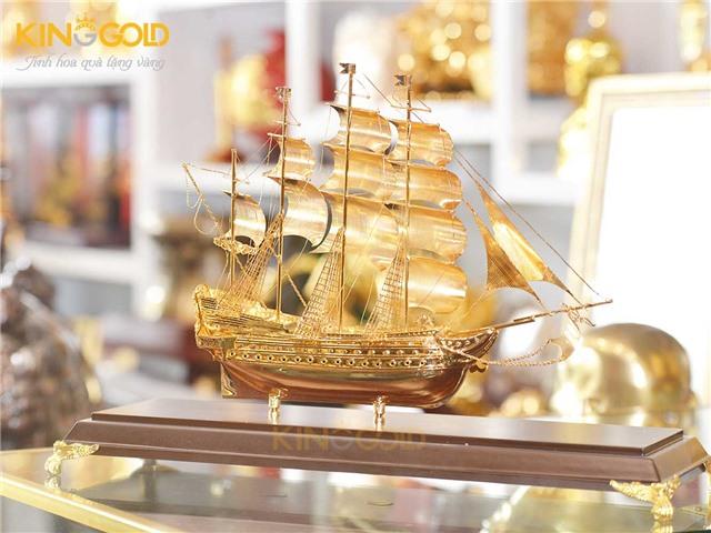 Quà tặng sếp thăng quan tiến chức, mô hình thuyền buồm mạ vàng 24k