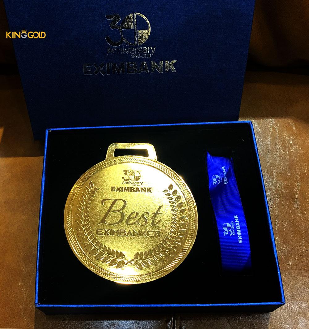 Kỷ niệm chương vàng cho Ngân hàng