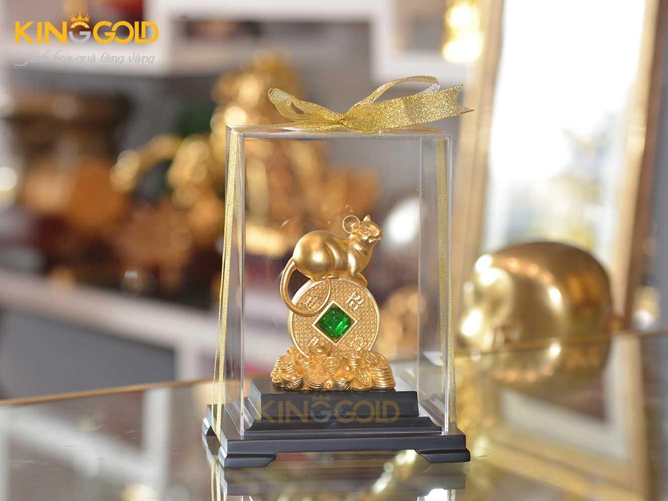 Tượng chuột vàng phong thủy nằm trên đống tiền vàng