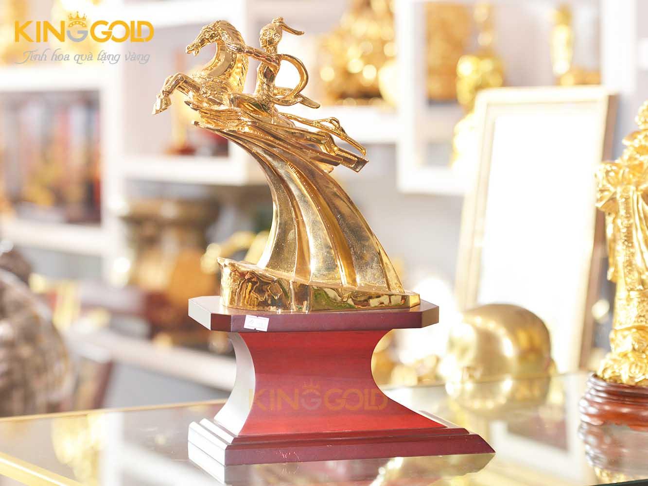 Tượng Thánh Gióng mạ vàng 24k