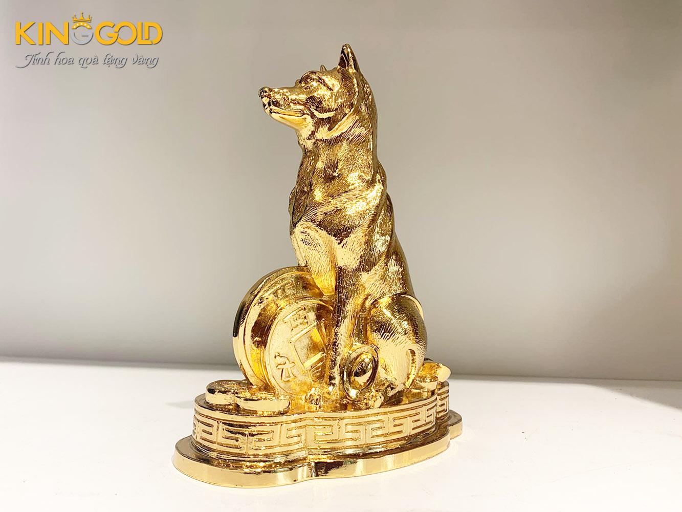 Tượng con chó bằng đồng mạ vàng biểu tượng cho sự trung thành
